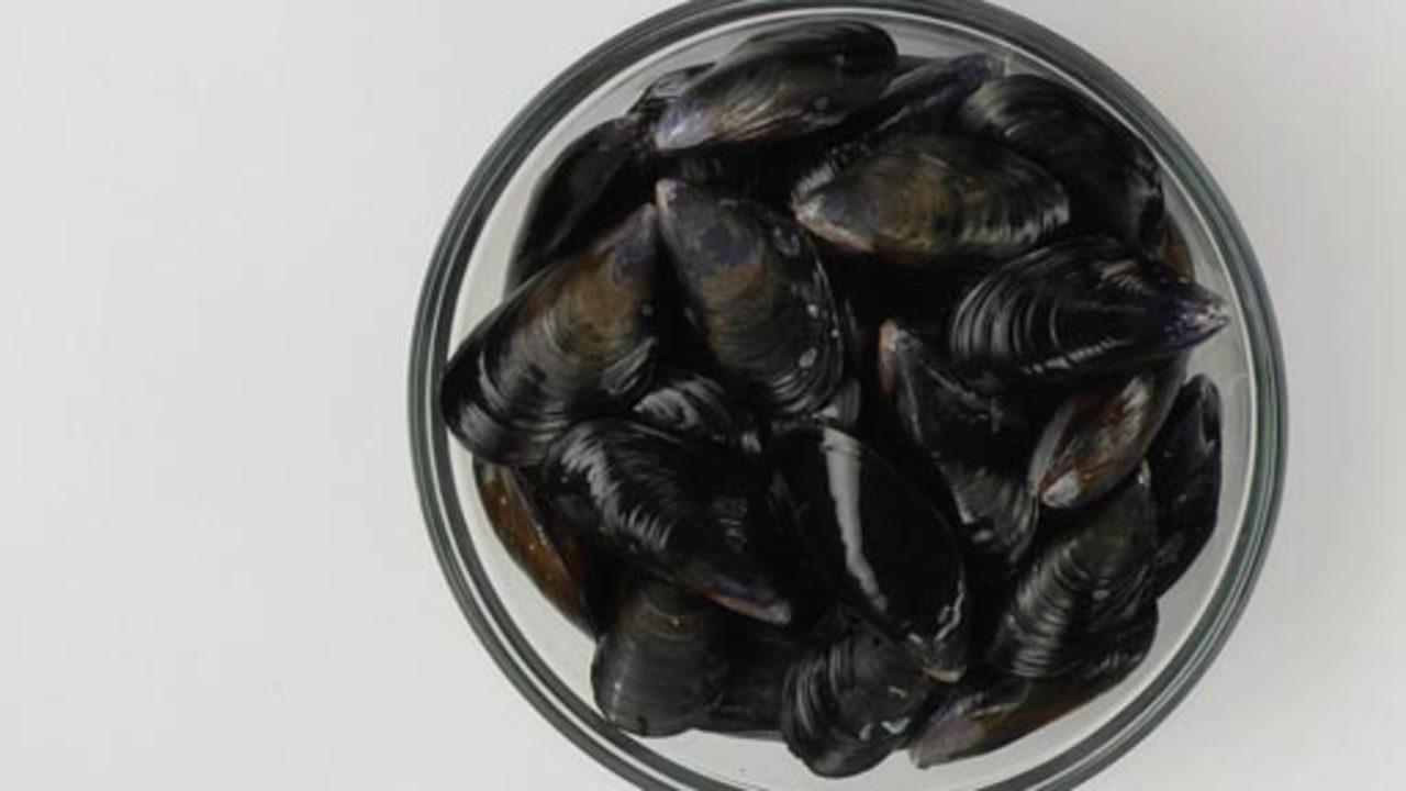 Preparing the Mussels